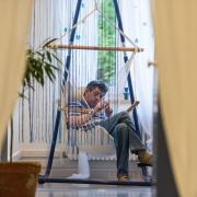 Menschen geniessen Pausen und beobachten das leben auf der Wohngruppe