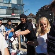 Dialog - Kampagne in Bern mit Müslüm, der veganen Falafel bringt..