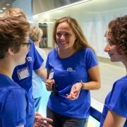 AFS Freiwillige im Einsatz am Flughafen Zürich, um die neuen Austauschschüler zu empfangen
